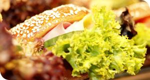 Traditionelle Panini und Brötchen To-Go belegt mit frischen Zutaten