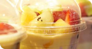 Fruchtiger Joghurt mit Müsli oder Mandeln oder Mango