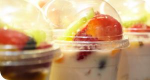 Quark mit einer Portion Mangopüree mit einer frischen Obstmischung